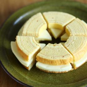 新発見!「バウムクーヘン」に「6Pチーズ」を挟んだら、キュートなスイーツに変身【禁断のコンビニかけ合わせグルメ#6】