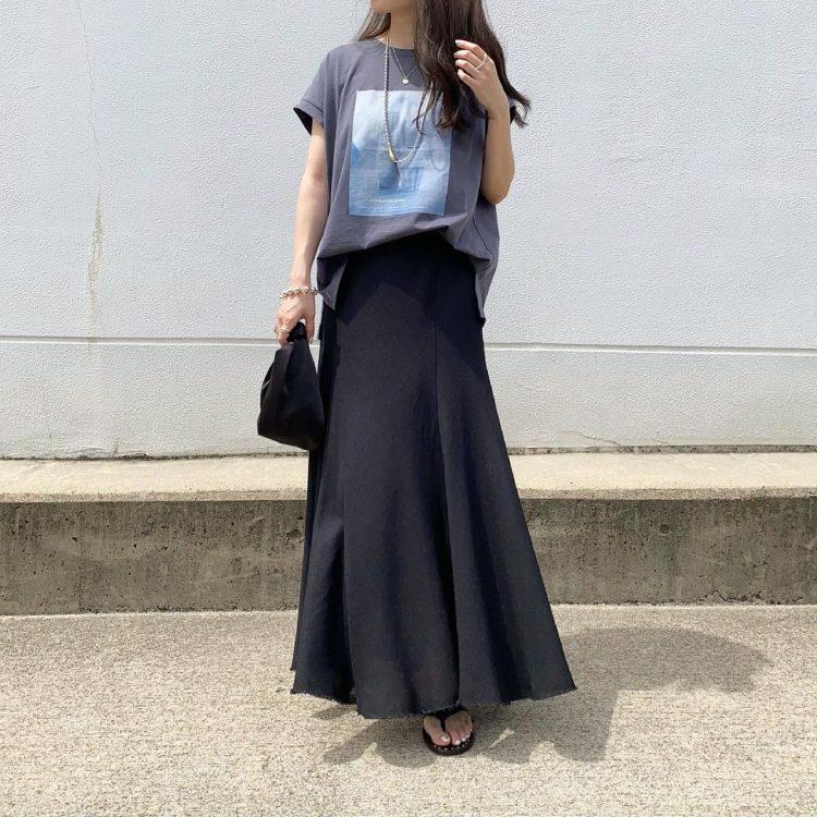 「効かせる夏のブラック」投入コーデ。大人の着こなしは?【kufuraファッション調査隊】