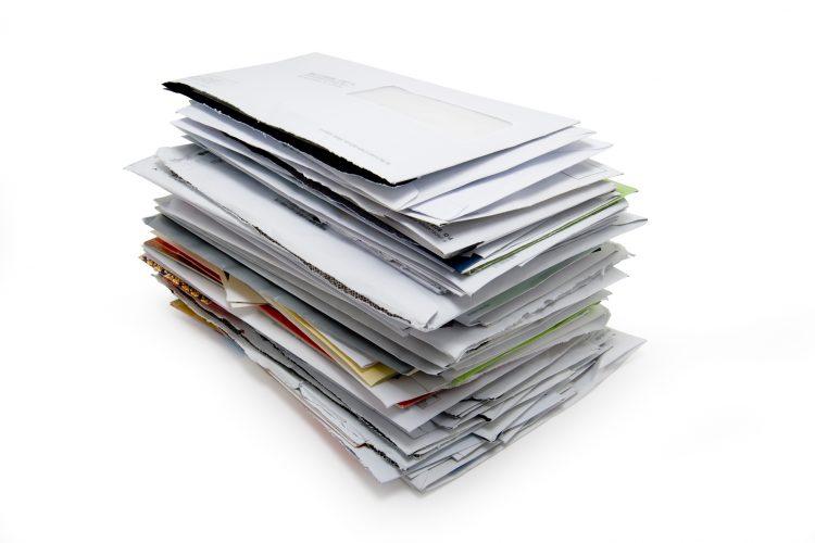 郵便物やおたよりで「テーブルの上が散らかる問題」解決!ママたちの工夫とは