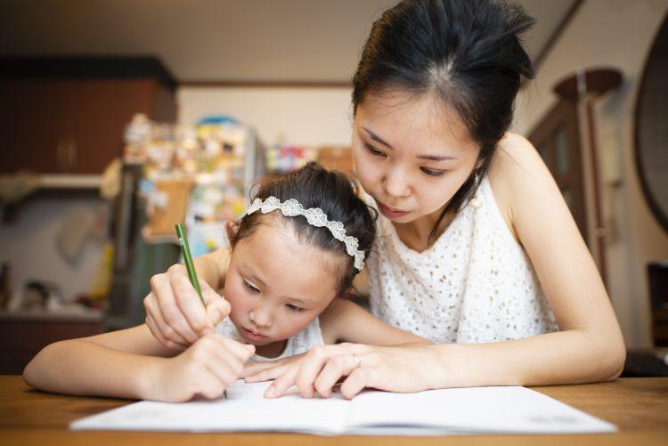 「子どもの夏休みの宿題」を手伝って失敗したことは?ママたちのトホホエピソード