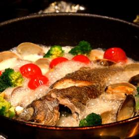 絶品「アクアパッツァ」の作り方。魚の下ごしらえで驚くほどおいしく!【プロが教えるおうちイタリアン#11】