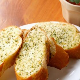 絶品「お店のガーリックトースト」が簡単に!外パリッ中フワに仕上がるプロの技