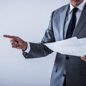 「引導を渡す」の本当の意味は?使い方と例文を解説【あらためて知りたい頻出ビジネス用語#72】